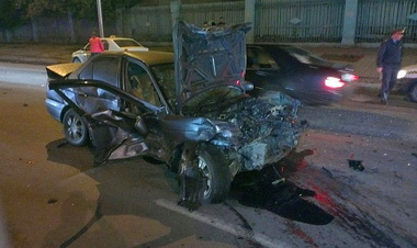 Toyota Mark II  протаранила автомобиль аварийной службы